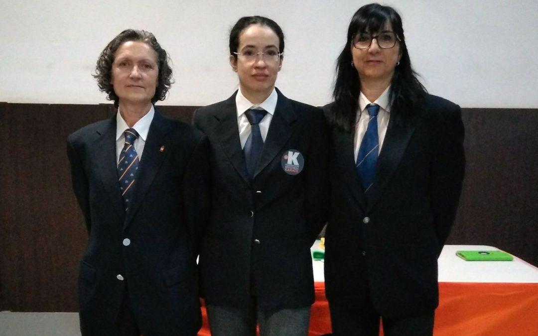 Tribunal de mujeres para el examen de cinturón negro y danes